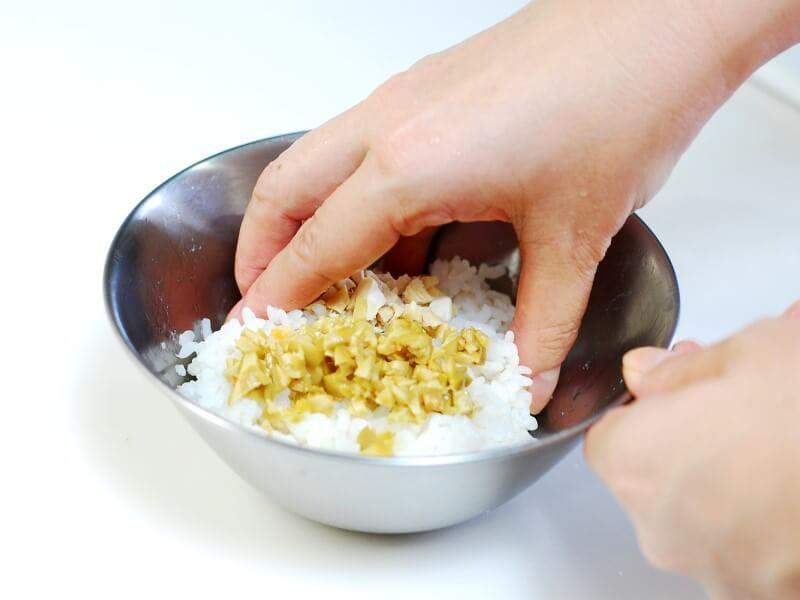 お米との意外な組み合わせがハマる【カシューナッツとオリーブのおにぎり】