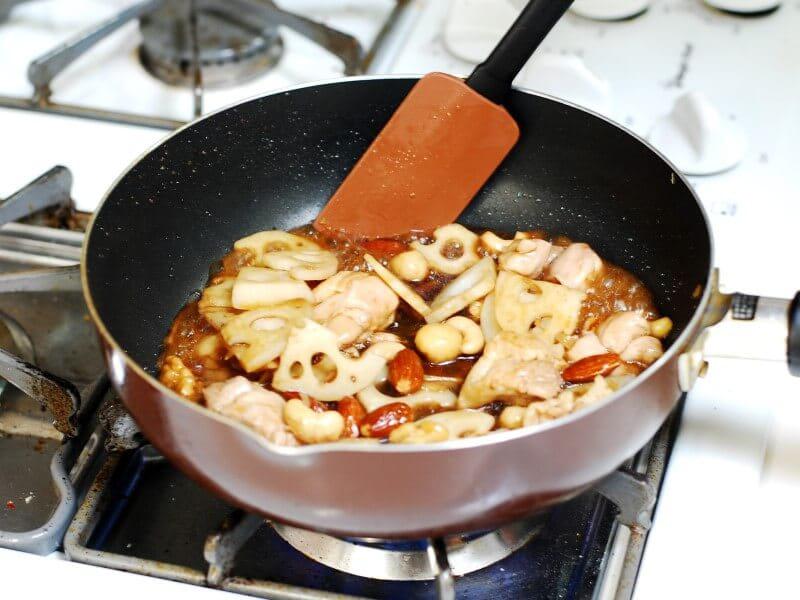 作り置きおかずにもなる【ナッツとれんこんと鶏肉の炒め煮】