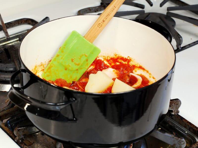 アーモンドを使って本格ポルトガル料理【じゃがいもとたこのトマト煮】