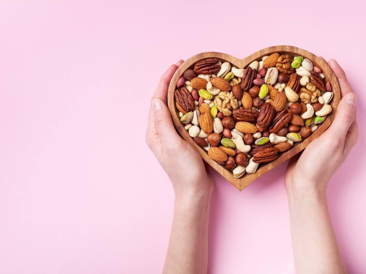 ナッツ 糖質 低糖質 アーモンド カシューナッツ くるみ クルミ マカデミアナッツ マカダミアナッツ ピスタチオ 比較 カロリー ダイエットおすすめ オススメ 食べ過ぎ 食べすぎ 1日 量 どれくらい 一覧 栄養 美容 健康 効果 効能 糖質制限 血糖値 おやつ 間食