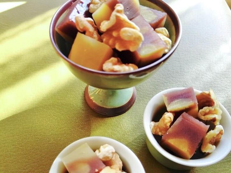 和菓子にクルミをトッピング