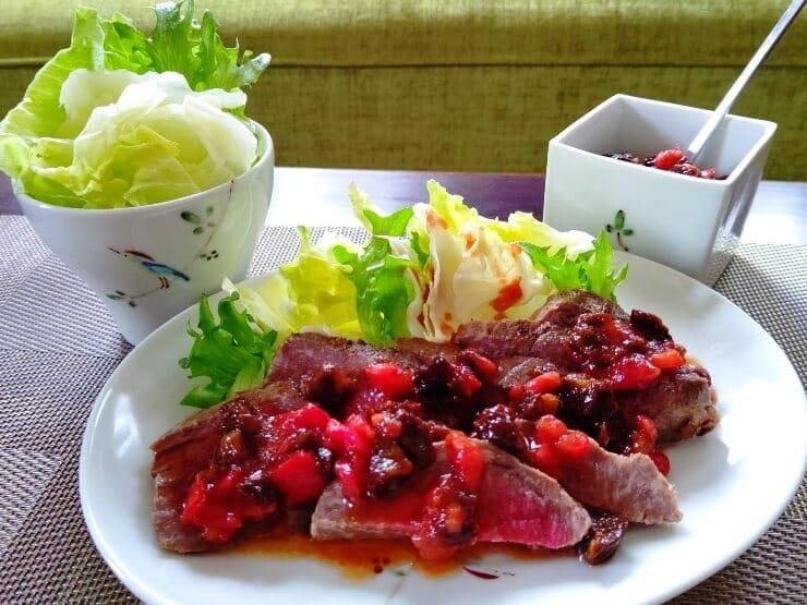 牛肉のタリアータ プルーンとトマトのソース